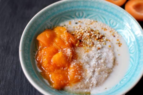 Amaranth-Porridge mit Aprikosenkompott