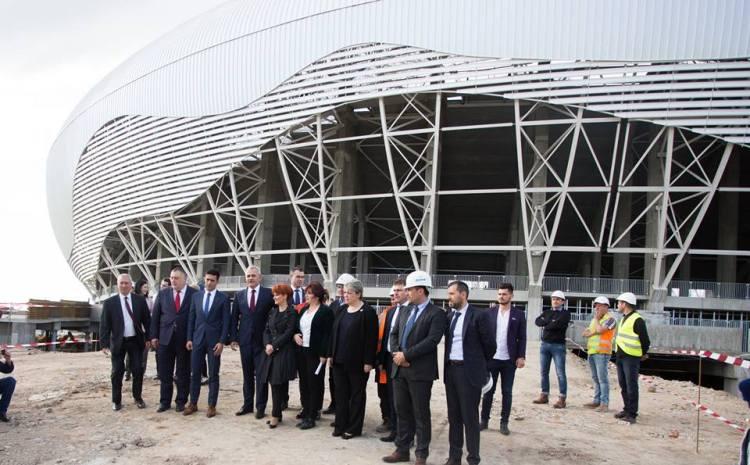 Dragnea i-a rezervat loja lui Victor Ponta la meciul inaugural de pe noul stadion al Craiovei. Constructorii dau asigurări că în iulie stadionul va fi gata iar din toamnă se  va juca pe el