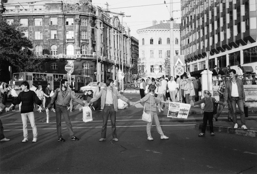 A demonstrálók lezárták az autóforgalmat is. Erre azonban csak a fotóriporterek kedvéért  került sor, mivel ezt az esemény engedélye megtiltotta. A kép hátterében balra a Belügyminisztérium Roosevelt-téri épülete is feltűnik. © Fejér Zoltán