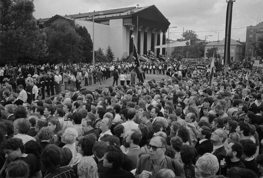 1989. június 16-án Budapesten a Hősök terén tömegek álltak sorba, hogy elvonulhassanak a Műcsarnok előtt felravatalozott mártírok koporsói előtt. A felvétel a Milleniumi emlékműről készült. © Fejér Zoltán