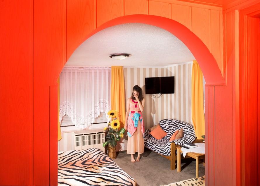 Rédling Hanna MOME-s végzős hallgató munkája, részlet a sorozatból.  Color Tv, Queen Beds, Exotik Dreams (2018 - )