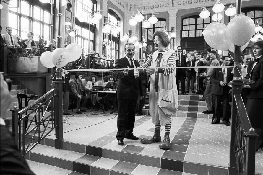 """Szigeti Tamás: """"30 éve"""", a_McDonald's megnyitása a Nyugatinál, 1990. 04.12 © Szigeti Tamás"""