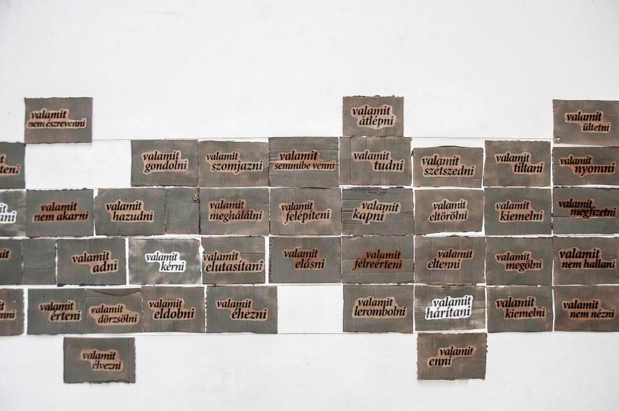 Enteriőrkép és részlet a Bővített mondat című kiállítás installációjából.