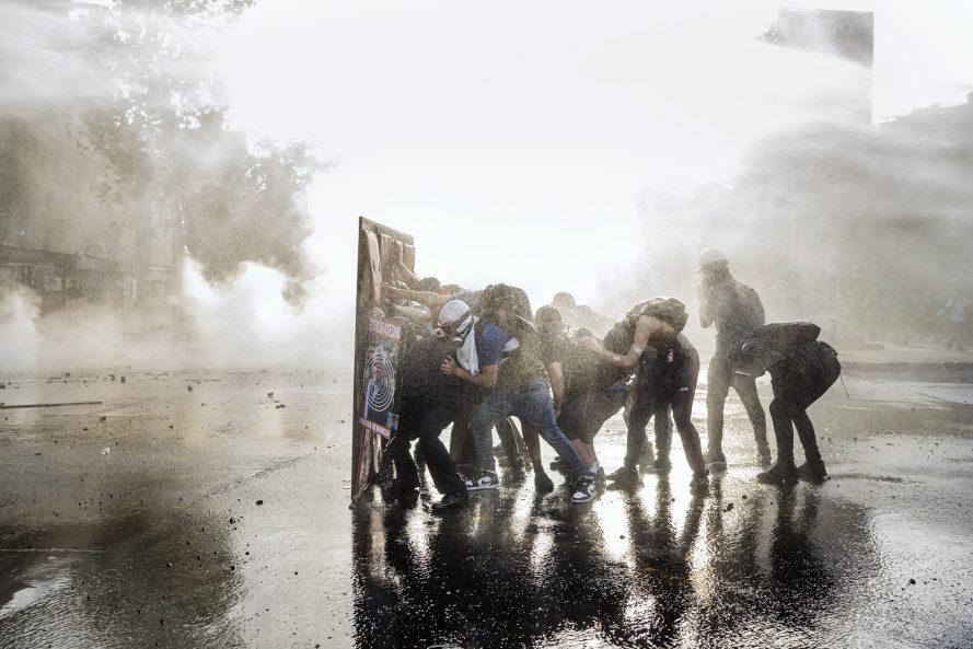 Chilében egész évben tüntettek a jövedelmi egyenlőtlenségek ellen. Fabio Bucciarelli képe, hír, 2. díj, sorozat.
