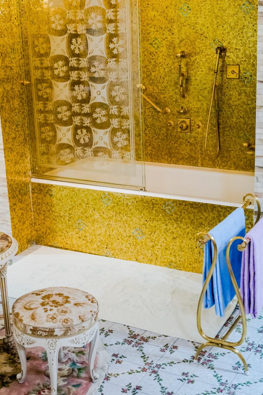 A híres-hírhedt fürdőszoba. Anton Roland Laub: Last Christmas (of Ceaușescu), fotókönyv, 2020, részlet