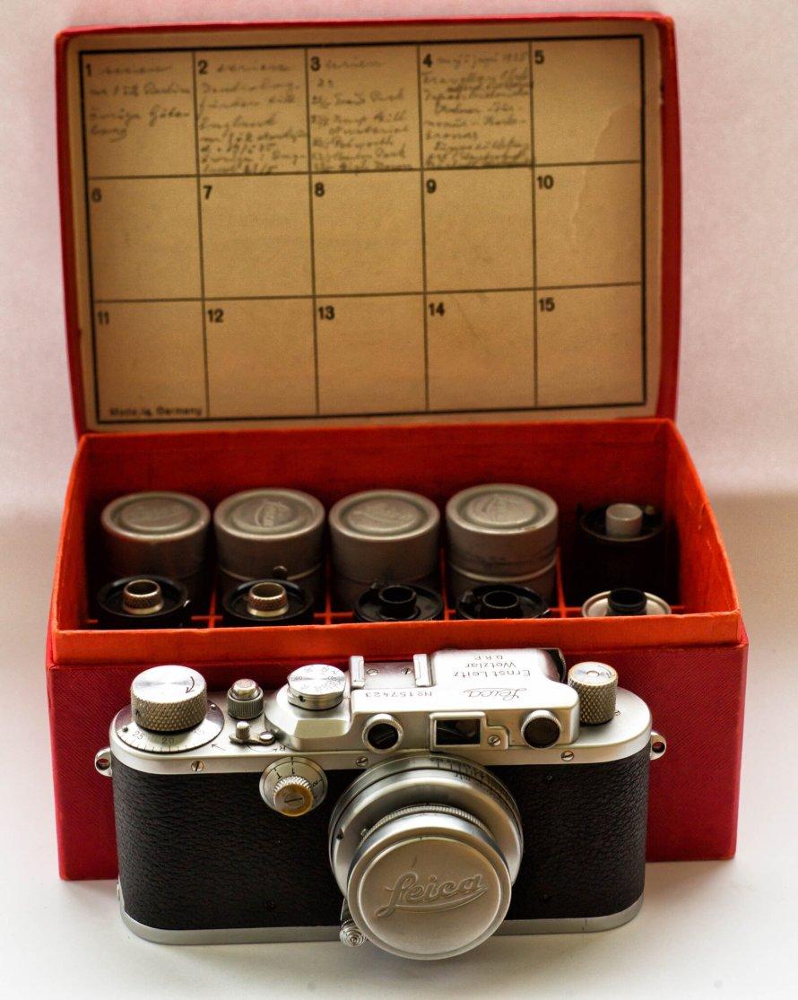 A Leica fényképezőgép és a filmtekercsek (William Fagan)