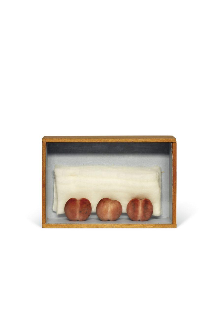LOT 128 Man Ray (1890-1976) Les Trois pêchés signé 'Man Ray' (en bas à droite) et inscrit 'Les trois pêchés' (en bas à gauche) boîte en bois peint, pêches synthétiques et ouate 24 x 36 x 11.6 cm. Exécuté avant 1976; cette oeuvre est unique Estimation : €20,000 - 30,000 © Christie's Images Ltd, 2021