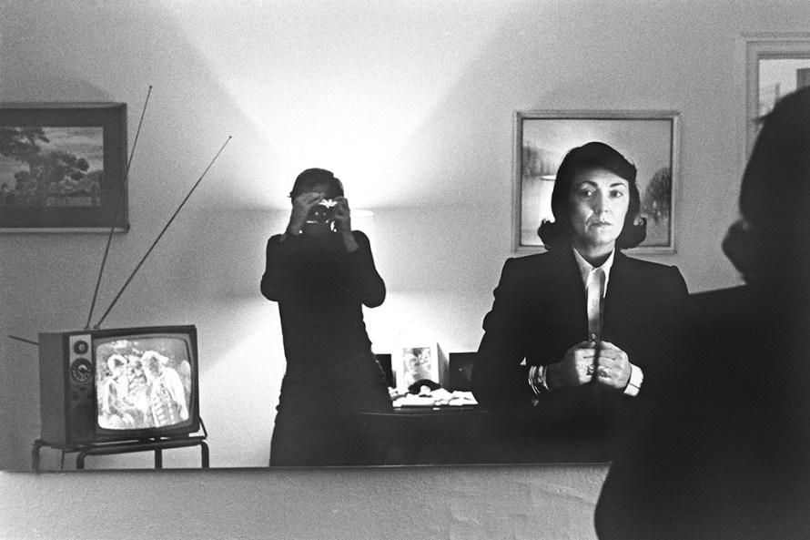 Fotó: Helmut Newton: <b>Alice Springs</b>, Hotel Volney, New York, 1982<br> © Helmut Newton Foundation
