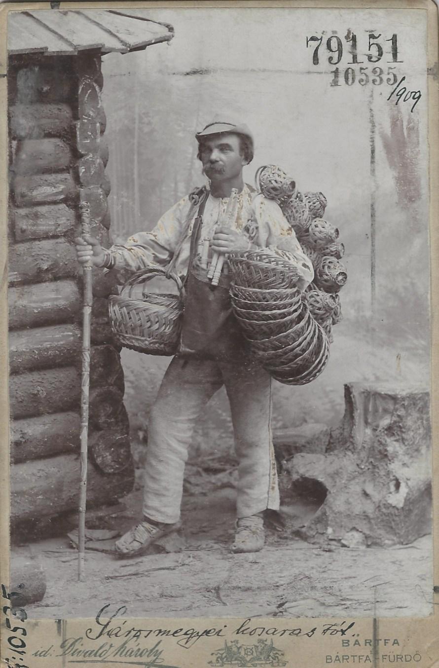 Sáros megyei kosaras szlovák (tót) férfi furulyával és kosarakkal Bártfa, 1890-es évek<br> id. Divald Károly felvétele Néprajzi Múzeum, F 10535 <br> Megjelent a Vasárnapi Ujság 1905. évfolyam 40. számában (639. o.) az utazó, Bártfa környéki szlovák (tót) kosarasokról szóló cikk illusztrációjaként