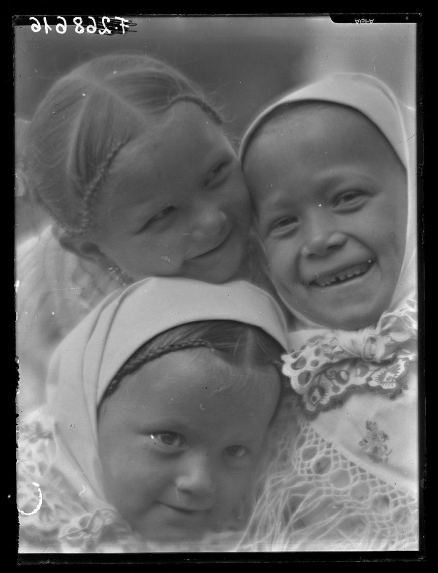 Fotó: Három lányka.<br> Megjelent az Új Idők 1933. április 9-i számának címlapján, Három a kislány címmel, Csömör, 1932-1933<br> Vadas Ernő felvétele<br> Néprajzi Múzeum, F 268616