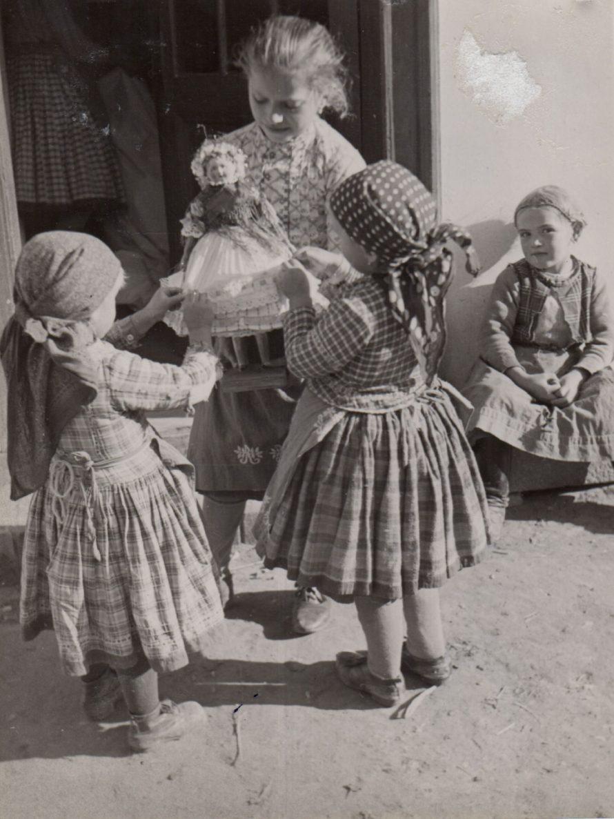 """Fotó: """"Latorec"""" (menyasszonyi) babával játszó kislányok<br> Csömör, 1930-as évek második fele (?)<br> Szöllősy Kálmán felvétele<br> Néprajzi Múzeum, F 342572"""