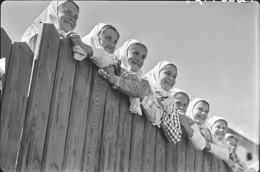 Fotó: Kerítésen kukucskáló lányok, Csömör, 1939<br> Vadas Ernő felvétele<br> Néprajzi Múzeum, F 268778