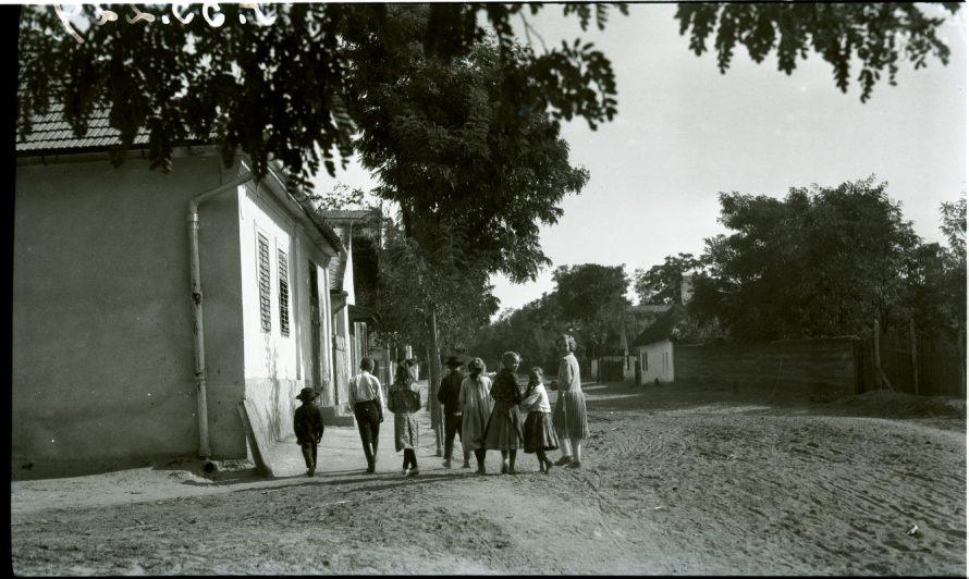 Fotó: Gyerekek vonulnak az Erzsébet utcán, Csömör, 1925<br> Kankovszky Ervin felvétele<br> Néprajzi Múzeum, F 55229