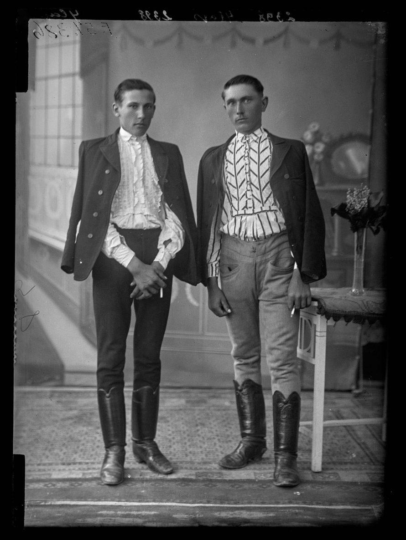 Fotó: Két legény Tiszafüredről Karcag, 1910-es évek<br> Dékány Jenő felvétele Néprajzi Múzeum, F 57386