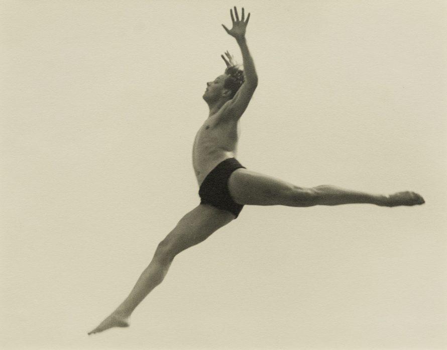 Fotó: <b>Ilse Bing</b>: Dancer. Ballet Errante, 1932<br> Tirage argentique / Gelatin silverprint Epreuve d'époque / Vintage print 22,2 x 27,9 cm / 8 3/4 x 11 in<br> Cadre / Frame: 42,7 x 52,9 x 2,5 cm<br> © Courtesy Galerie Karsten Greve St. Moritz, Paris, Köln