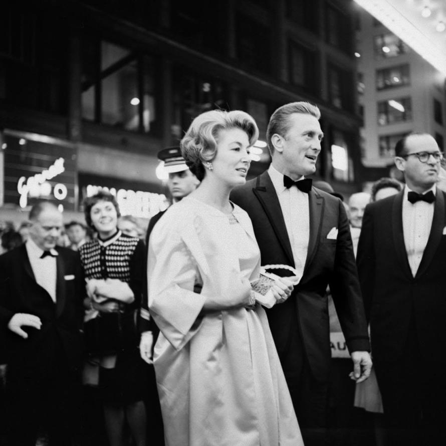 Fotó: Vivian Maier: Kirk Douglas at the premiere of the movie Spartacus in Chicago, IL. October 13, 1960 © Estate of Vivian Maier, Courtesy Maloof Collection and Howard Greenberg Gallery, New York