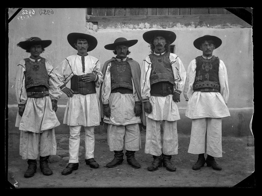 Fotó: Román férfiak<br> Jankó János felvétele<br> Puj, 1894<br> Néprajzi Múzeum, F 197