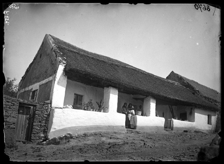 Fotó: Nádtetős, falazott tornácos magyar ház<br> Jankó János felvétele<br> Kővágóörs, 1894<br> Néprajzi Múzeum, F 754