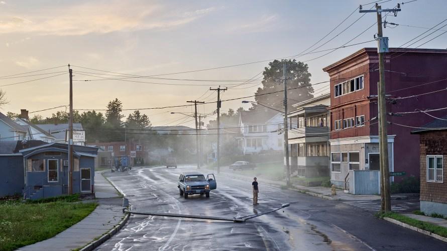 Fotó: Gregory Crewdson<br> Starkfield Lane, 2018 - 2019<br> Digital Pigment Print<br> 50 x 88.9 inches<br> 127 x 225.8 cm<br> Edition of 4, plus 2 APs<br> <b>© Gregory Crewdson. Courtesy Gagosian.</b>