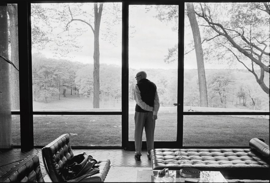 Fotó: ANNIE LEIBOVITZ<br> <b>PHILIP JOHNSON, GLASS HOUSE, NEW CANAAN, CONNECTICUT</b><br> mural-sized archival pigment print, with edition '5/10' in pencil on the reverse, 2000, printed in 2010; accompanied by the photographer's 'The Master Set' label, signed in ink<br> image: 36½ by 54 in. (92.7 by 137.2 cm)<br> Estimate $8/12,000