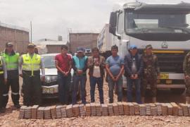 PNP incauta 174 paquetes de droga camuflados en un camión