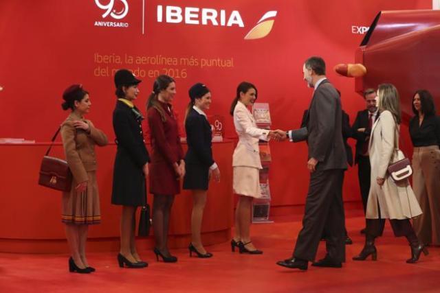 Los Reyes Felipe y Letizia, visitan el stand de Iberia, durante la inauguración, en IFEMA, de la trigésimo séptima edición de la Feria Internacional de Turismo (FITUR). Foto: J. J. Guillén / EFE