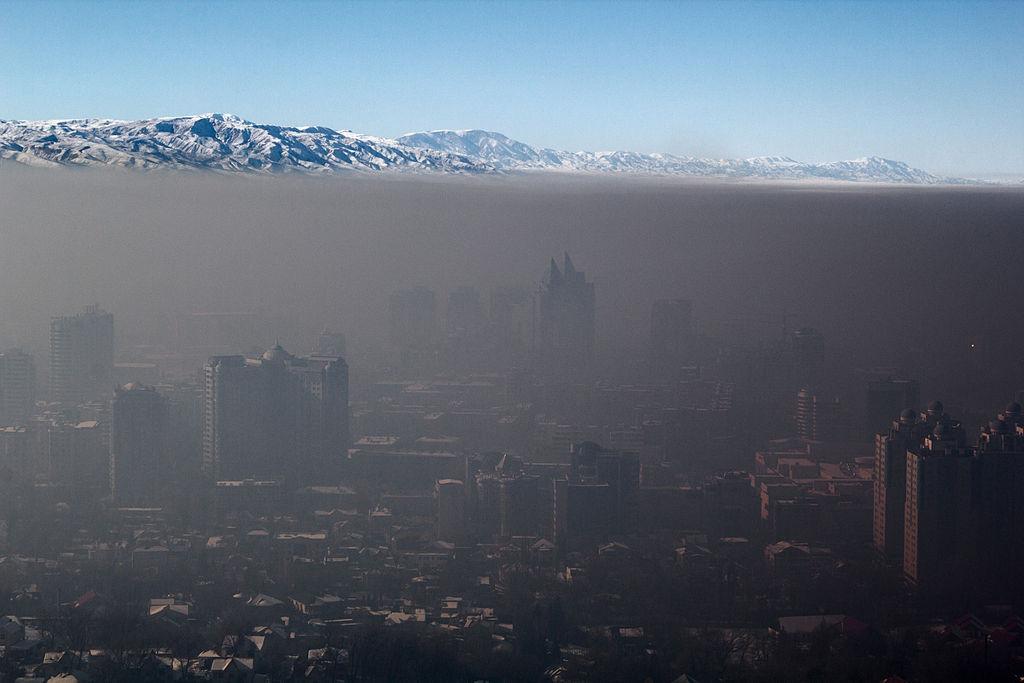 Probablemente no se deba al nuevo reglamento de tránsito. Una inversión térmica atrapa la contaminación sobre Almaty, Kazajstán.