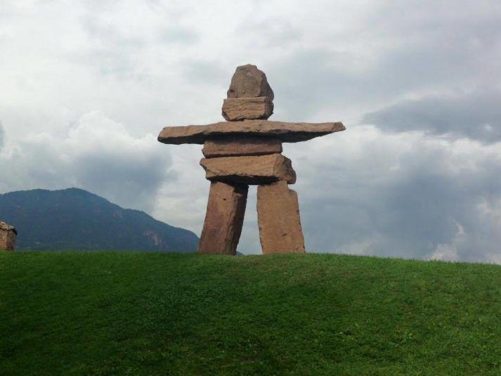 Statua di omino gigante in pietra