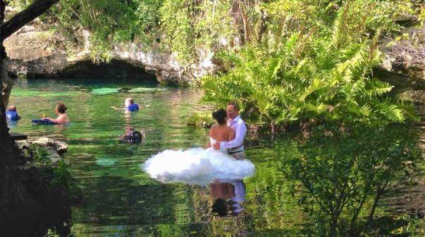 due sposi dentro il cenote