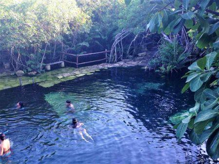 due nuotatori dentro il cenote
