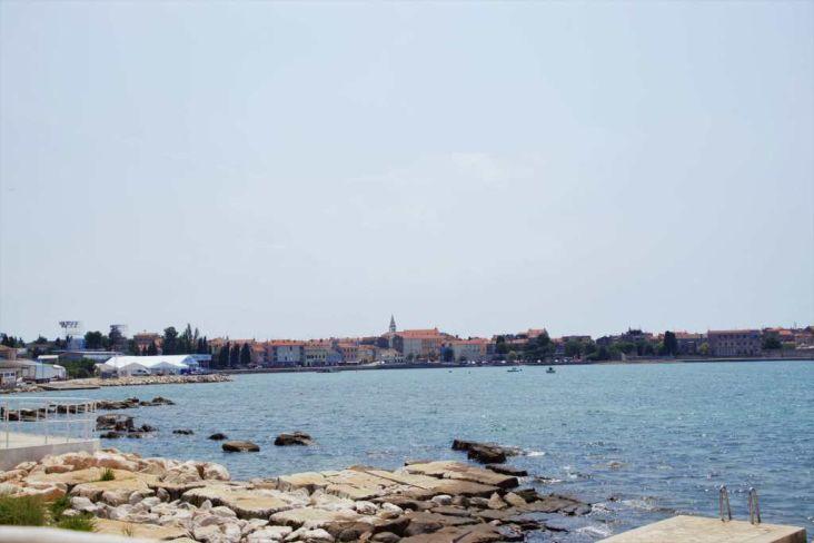 tratto di costa con vista su centro storico