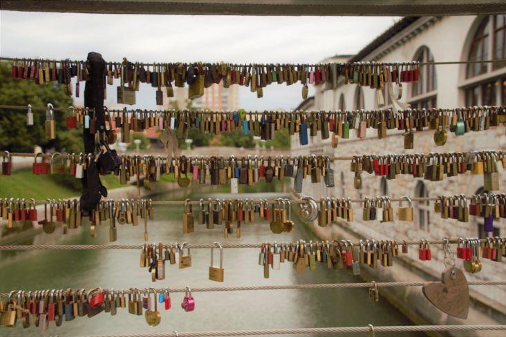 serie di lucchetti in un ponte a lubiana