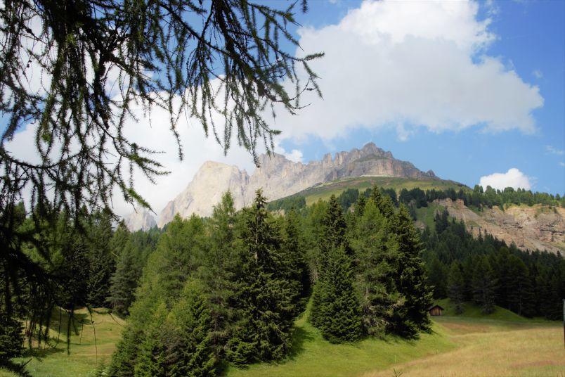 La bellezza delle montagne vicino al lago