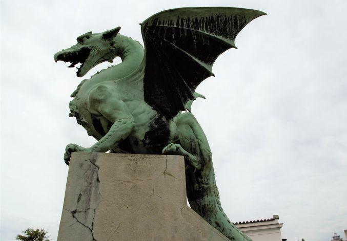 famosissima statua del drago in uno dei tanti ponti