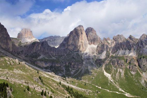 immagine di montagna rocciosa e verde del prato sotto