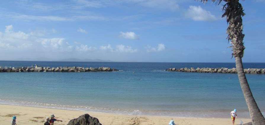 spiaggia bianca nell'isola selvaggia di Lanzarote