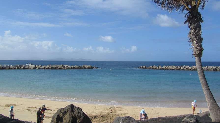 foto della spiaggia bianca nell'isola selvaggia di lanzarote