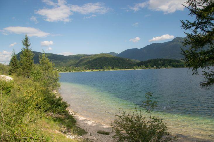 L'azzurro lago Bohinj nel Parco Nazionale del Triglav