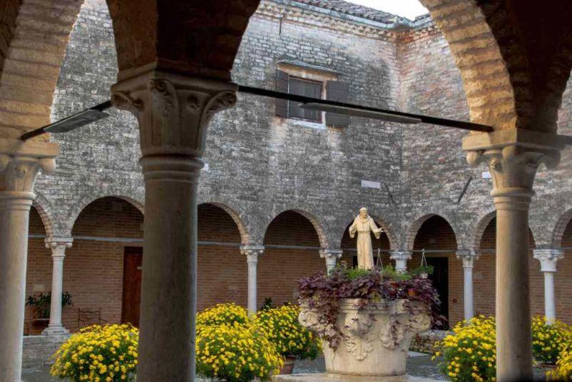 chiostro nel giardino interno del convento