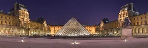 foto cupola di vetro e museo louvre sullo sfondo di notte