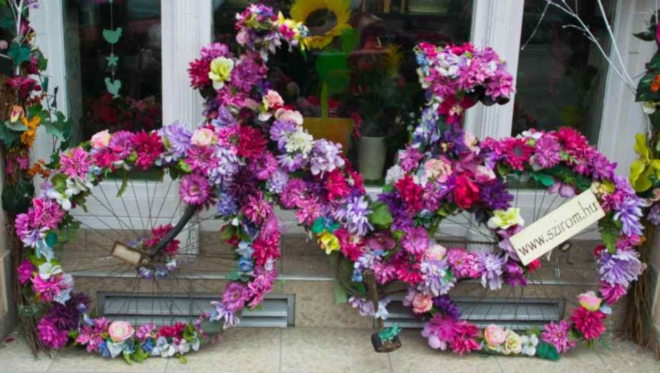 bici colorata e ricoperta di fiori