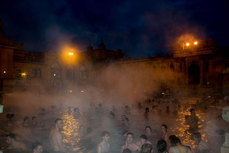 momento di svago alle terme in una delle piscine esterne