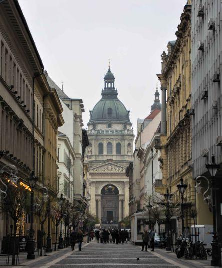 passeggiando a budapest in una via cittadina vista su un magnifico edificio