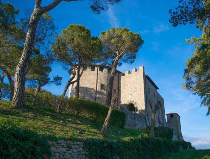 veduta sul castello di montegiove e le sue innumerevoli storie umbre