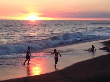 spiaggia di monterrico al tramonto