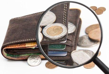 portafoglio con soldi che escono dappertutto