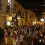 la processione dei misteri durante la sera con le luci soffuse in sottofondo