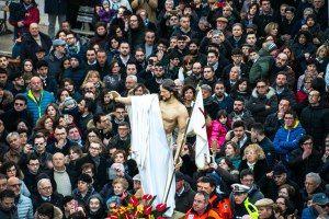 la processione del bacio con la statua di gesù