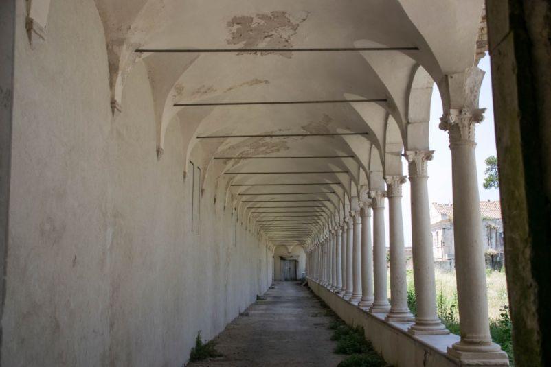 colonnato nell'isola di san Nicola
