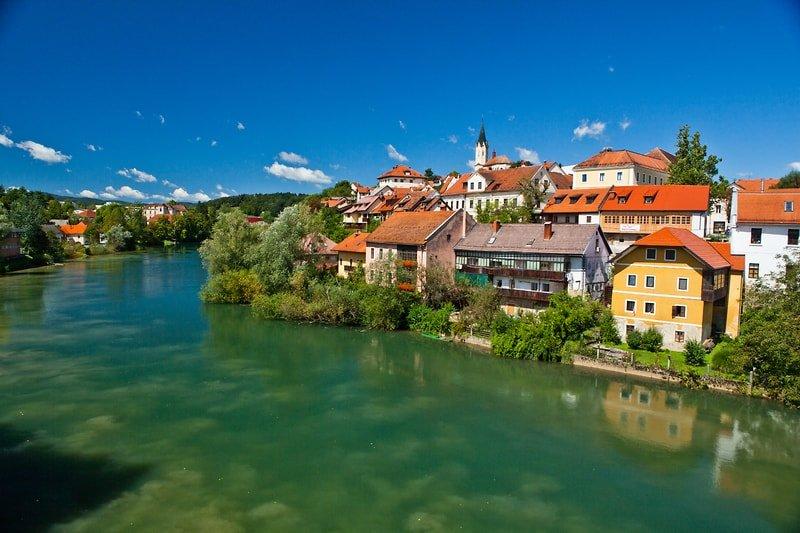 la cittadina di novo mesto con veduta sul fiume